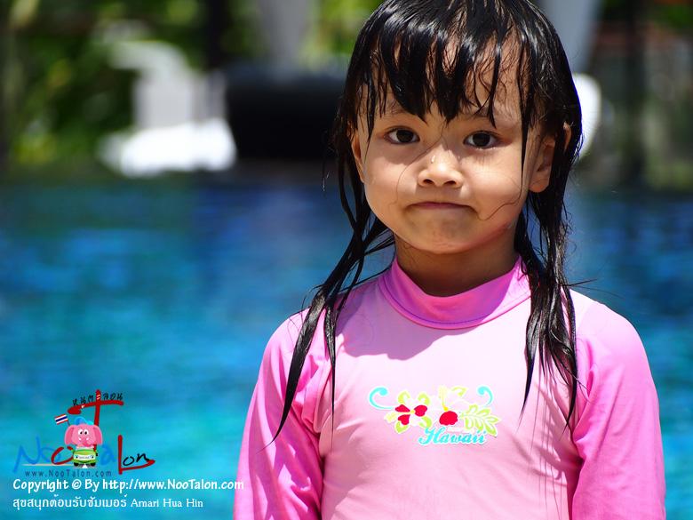 คุณลูกสาวยังไม่พอกับการเล่นสนุกใน Kids� Club คุณเธอไปหาความสนุกที่สระว่ายน้ำต่ออีก (รีวิวรูปภาพ สุขสนุกต้อนรับซัมเมอร์ Amari Hua Hin - หนูตะลอน)