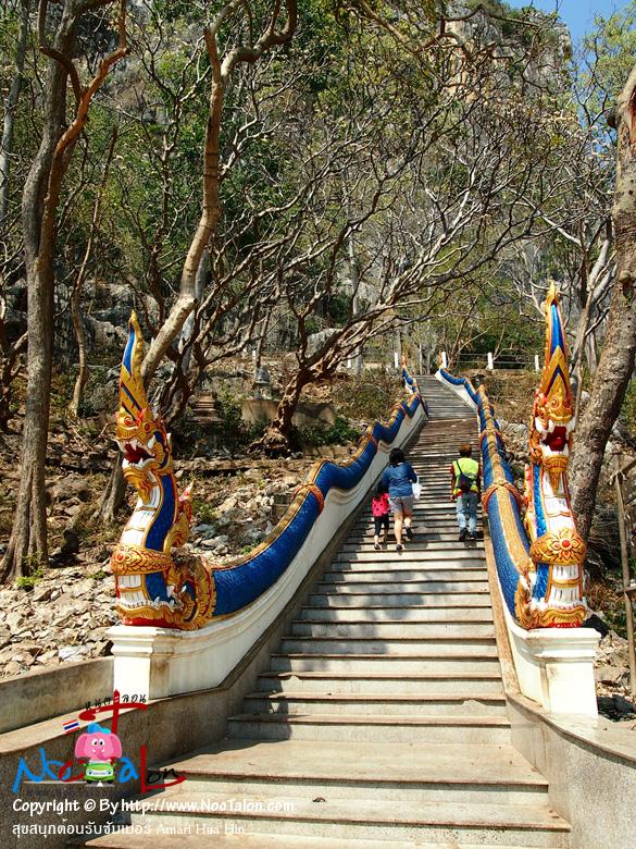 หลังจากไหว้พระเสร็จเรียบร้อยพี่ไกด์ก็พาพวกเราขึ้นไปเที่ยวถ้ำด้านบนซึ่งมีอยู่หลายถ้ำ (รีวิวรูปภาพ สุขสนุกต้อนรับซัมเมอร์ Amari Hua Hin - หนูตะลอน)